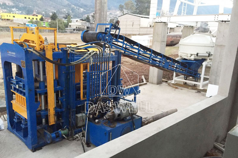 QT6-15 cement block making machine in Mexico